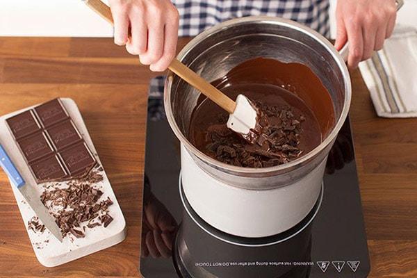 ذوب کردن شکلات تخته ای به روش بن ماری