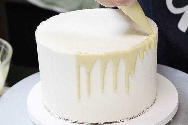 تزیین کیک با خامه پاستیلی